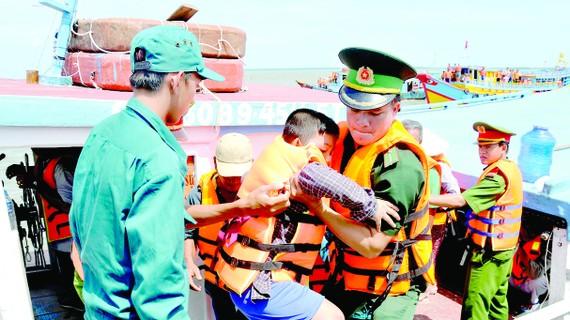 Diễn tập đưa ngư dân xã Thạnh An (huyện Cần Giờ) vào bờ an toàn khi có bão.      Ảnh: CAO THĂNG