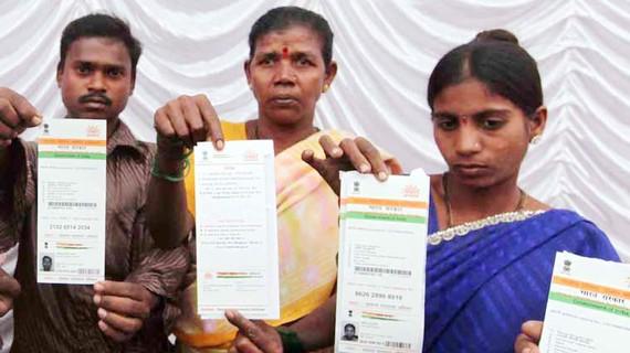 Người dân Ấn Độ sử dụng thẻ Aadhaar để thanh toán. Ảnh: financialexpress.com