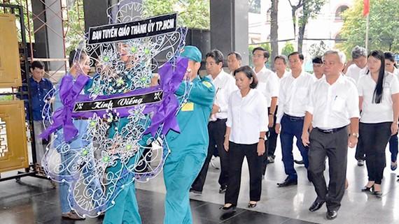 Đoàn cán bộ Ban Tuyên giáo Thành ủy TPHCM viếng  đồng chí Nguyễn Sơn