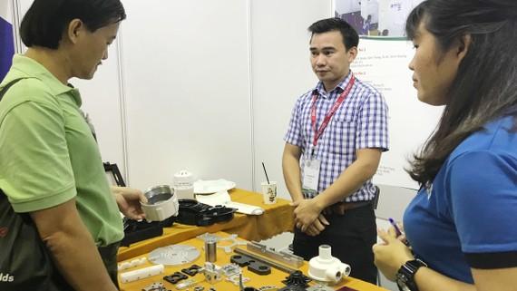 Doanh nghiệp Việt Nam đang giới thiệu sản phẩm phụ trợ với các doanh nghiệp Nhật Bản
