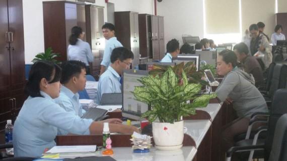 Người dân được cán bộ, công chức ở Trung tâm Hành chính công Long An phục vụ niềm nở