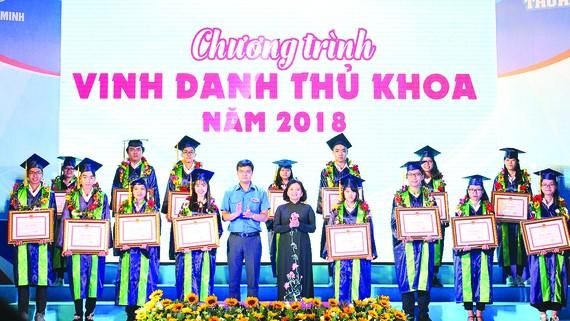 Đồng chí Thân Thị Thư, Ủy viên Ban Thường vụ, Trưởng ban Tuyên giáo Thành ủy TPHCM, chúc mừng các tân thủ khoa năm 2018