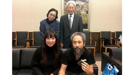 Nhà báo Jumpei Yasuda (ngồi, bên phải), vừa được trả tự do sau 3 năm bị cầm giữ ở Syria, đoàn tụ cùng gia đình tại Nhật Bản