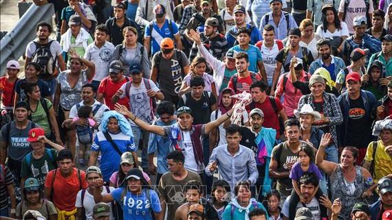 Người di cư Honduras trên hành trình tới Mỹ tại tuyến đường nối Ciudad Hidalgo và Tapachula, bang Chiapas, Mexico ngày 21-10-2018. Ảnh: AFP/TTXVN