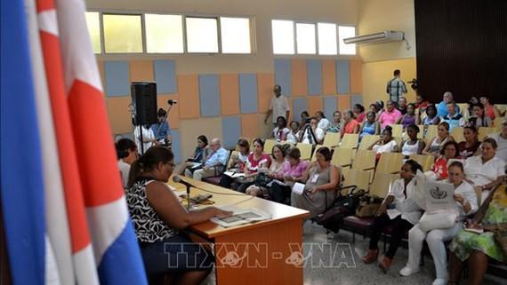 Người dân Cuba tham gia buổi tham vấn quần chúng về bản Dự thảo Hiến pháp tại thủ đô La Habana. Ảnh: AFP/TTXVN