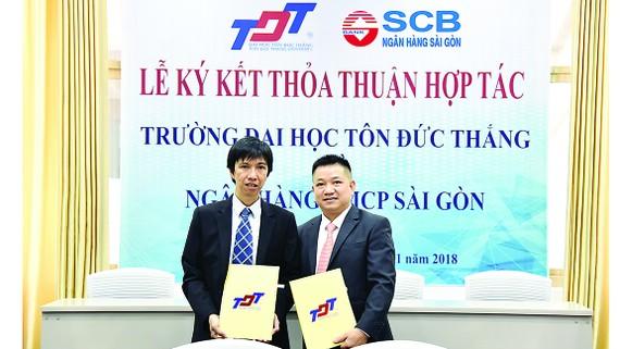 Ông Vũ Đức Hưng - Giám đốc Khối quản trị nguồn nhân lực SCB và Tiến sĩ Võ Hoàng Duy - Phó Hiệu trưởng Trường Đại học Tôn Đức Thắng cùng ký kết thỏa thuận hợp tác