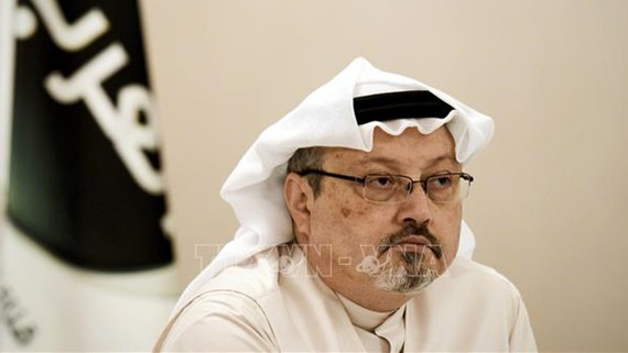 Nhà báo Jamal Khashoggi trong một cuộc họp báo tại Manama, Bahrain, ngày 15/12/2014. Ảnh: AFP/TTXVN