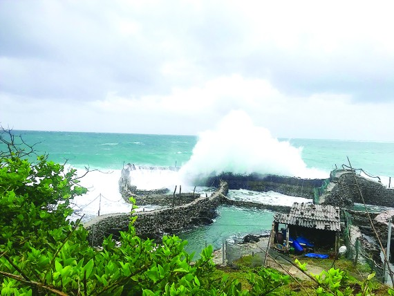 Mưa to kèm gió lớn khiến sóng biển ở đảo Phú Quý dâng cao tới 5m. Ảnh: NGUYỄN TIẾN