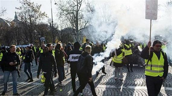 """Những người ủng hộ phong trào """"Áo vàng"""" biểu tình bạo loạn tại Paris, Pháp ngày 17/11/2018. Ảnh: AFP/TTXVN"""