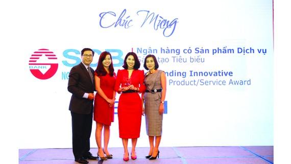 Bà Trần Thị Minh Thảo - Phó Giám đốc Khối Ngân hàng Bán lẻ (thứ hai từ phải sang)  đại diện SCB nhận giải thưởng từ Ban tổ chức IDG