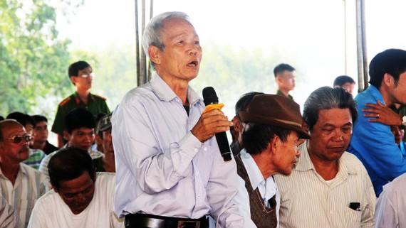 Một trong những cao niên tại xã Mỹ Thắng gửi kiến nghị đến  lãnh đạo UBND tỉnh Bình Định. Ảnh: NGỌC OAI