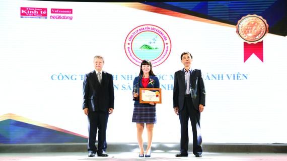 Đại diện Lãnh đạo Công ty Yến sào Khánh Hòa vinh dự nhận chứng nhận Tốp500Doanh nghiệp lợi nhuận tốt nhất 2018