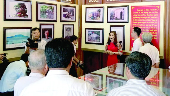 Đại biểu tham quan Đền thờ 10 anh hùng liệt sĩ khởi nghĩa Hòn Khoai