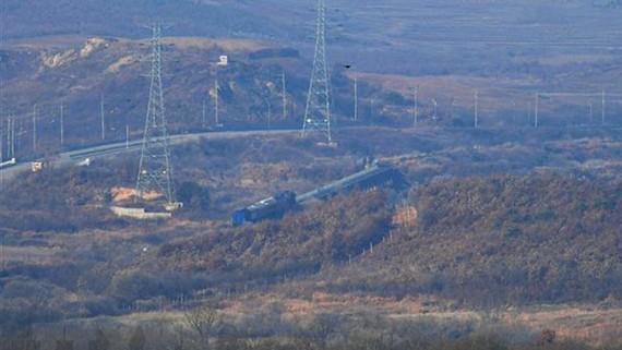 Đoàn tàu chở phái đoàn Hàn Quốc khởi hành từ thành phố Paju tới Triều Tiên tham gia khảo sát tuyến đường sắt xuyên biên giới giữa hai miền Triều Tiên, ngày 30-11-2018. Ảnh: YONHAP/TTXVN)