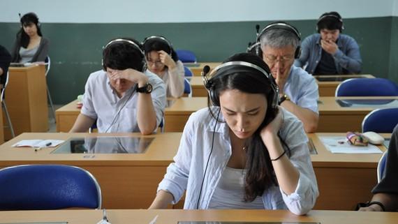 Thí sinh người nước ngoài tham gia kỳ thi đánh giá năng lực tiếng Việt tại Khoa Việt Nam học.