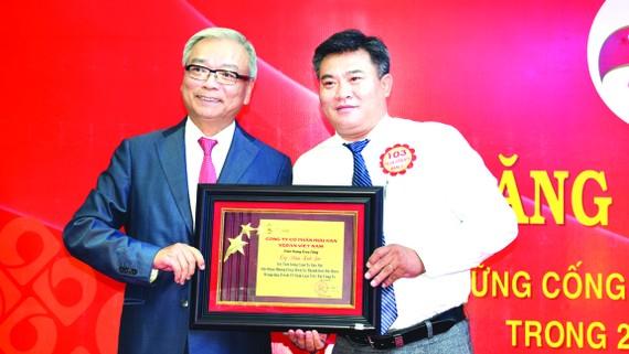 Anh Phạm Linh Sơn - phòng vận tải - nhận Kỷ niệm chương 25 năm có logo Vedan bằng vàng