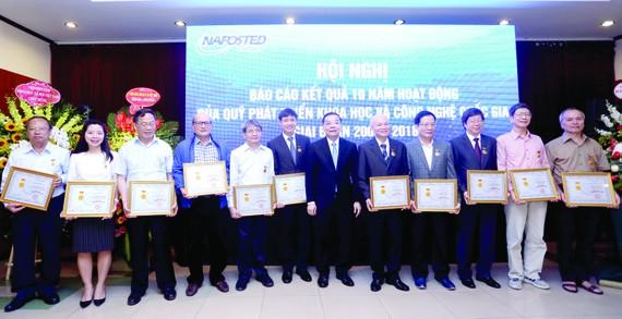 """Các nhà khoa học và cán bộ quản lý Nafosted nhận Kỷ niệm chương """"Vì sự nghiệp KH-CN"""" do Bộ KH-CN tặng"""