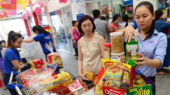 Nhiều siêu thị và điểm bán hàng sẵn sàng gói quà theo yêu cầu của khách hàng