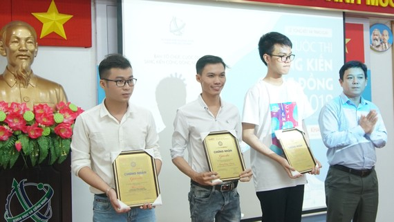 Ba thí sinh đoạt giải nhì cuộc thi Sáng kiến cộng đồng 2018. Ảnh: Lê Duy