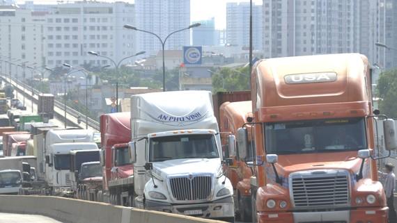 Một lần kẹt xe tải trên cầu Phú Mỹ                                 Ảnh: THÀNH TRÍ