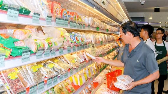 Chọn mua sản phẩm bình ổn tại một cửa hàng Sanha Foodstore              Ảnh: CTV