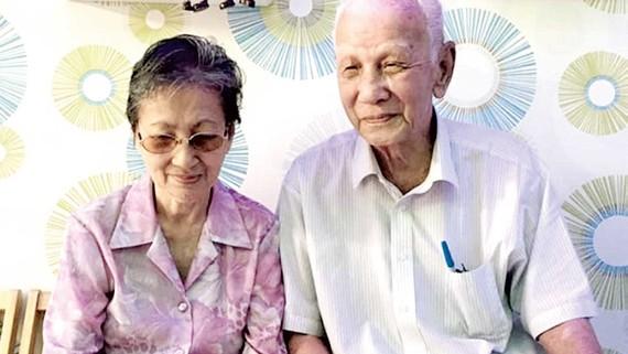 Vợ chồng nhà văn Trần Kim Trắc. Ảnh: HOÀNG NHÂN