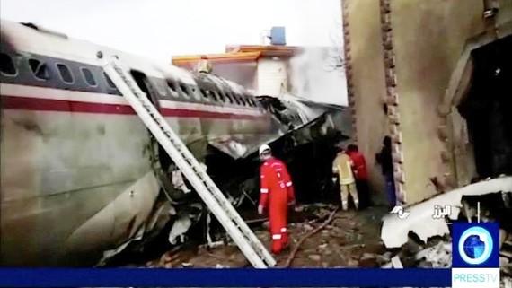 Hiện trường vụ rơi máy bay. Ảnh: Reuters TV/Press TV