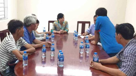 Các hộ dân canh tác ở đất vườn rau Tân Bình đang kê khai, nhận tiền hỗ trợ tại UBND phường 6, quận Tân Bình