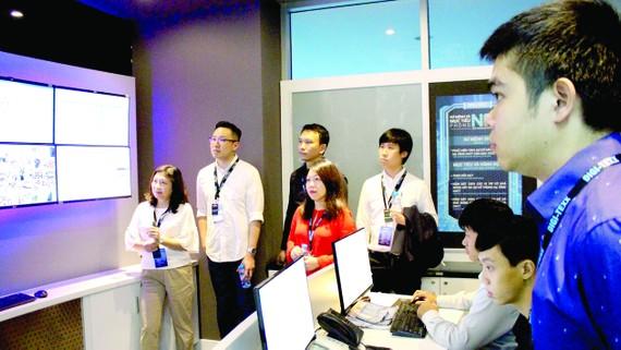 Chuyên gia nước ngoài tìm hiểu mô hình hoạt động tại Công viên Phần mềm Quang Trung