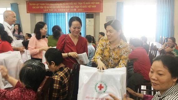 Đại diện lãnh đạo quận Bình Tân và Báo SGGP trao quà tết  tặng bà con nghèo phường Bình Hưng Hòa B