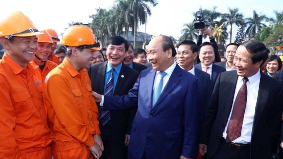 Thủ tướng Nguyễn Xuân Phúc thăm hỏi,   chúc tết người lao động tại cảng Hoàng Diệu (Hải Phòng). Ảnh: TTXVN