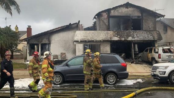 Lính cứu hỏa tại hiện trường tai nạn máy bay đâm xuống nhà dân ở Yorba Linda, California, Mỹ, ngày 3-2-2019. Ảnh: AP