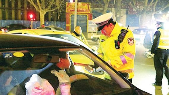 Trung Quốc hạn chế người say rượu khi lái xe