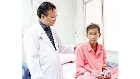 Bác sĩ Nguyễn Thái An thăm hỏi sức khỏe một bệnh nhân người Campuchia.  Ảnh: NVCC