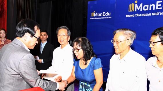 Đại diện Tập đoàn Vạn Thịnh Phát tặng BHYT cho 136 giáo viên Hoa văn ở TPHCM