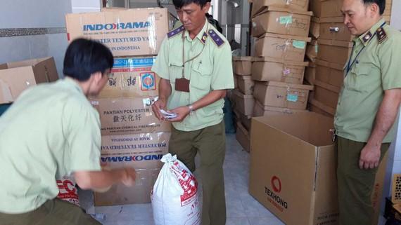 Lực lượng QLTT kiểm tra một cửa hàng kinh doanh  trên địa bàn TPHCM