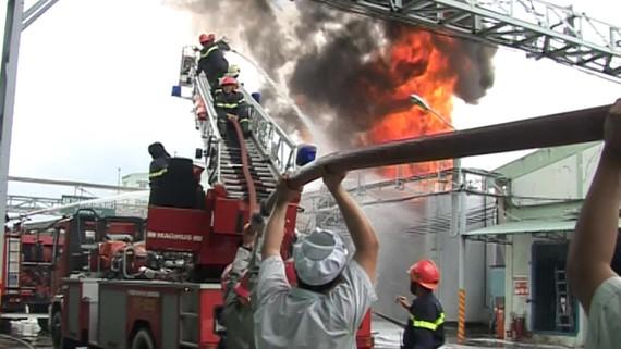Triển khai nhân sự và phương tiện đến hiện trường xử lý một vụ cháy tại TPHCM