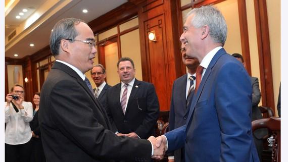 Bí thư  Thành ủy TPHCM  Nguyễn Thiện Nhân tiếp ông Peter Feldman, Thị trưởng  TP Frankfurt, Đức.  Ảnh: Việt Dũng