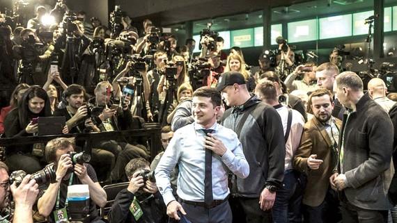 Ông Vladimir Zelensky (áo xanh) nhận được ủng hộ của nhiều cử tri