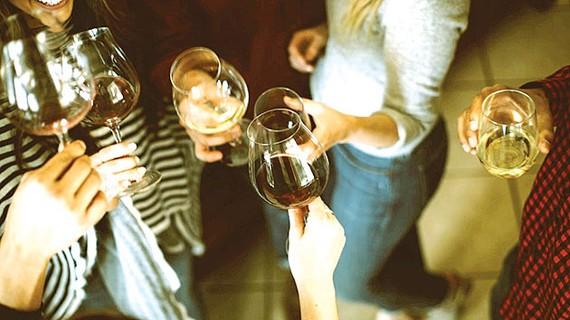 Uống rượu đều đặn cũng không chống đột quỵ