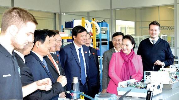 Chủ tịch Quốc hội Nguyễn Thị Kim Ngân đến thăm Công ty Medisoft PA.E de Sorines. Ảnh TTXVN