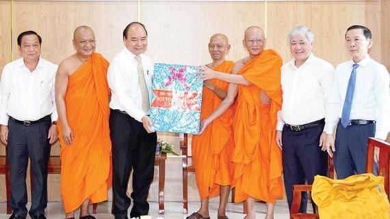 Thủ tướng Nguyễn Xuân Phúc tặng quà chúc Tết Chôl Chnăm Thmây  tại Học viện Phật giáo Nam tông Khmer. Ảnh: MINH NGỌC