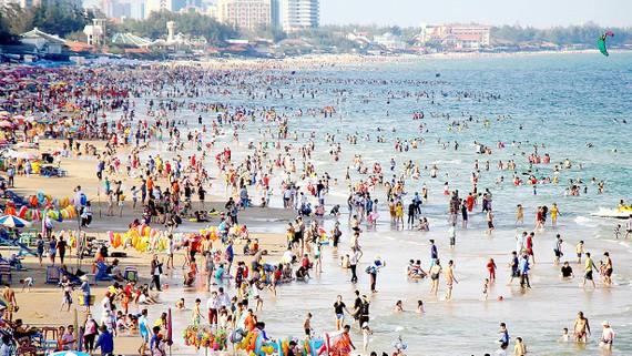 Hàng ngàn du khách đổ về Vũng Tàu tắm biển.   Ảnh: NÔNG NGÂN