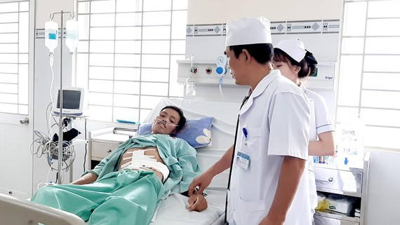 Thăm khám bệnh nhân ở Bệnh viện Đa khoa Long Khánh. Ảnh: TIẾN MINH