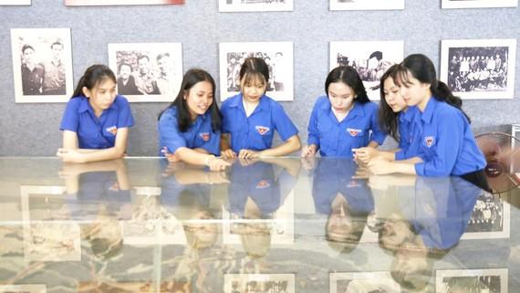 Học sinh Bình Sơn xem sa bàn căn cứ