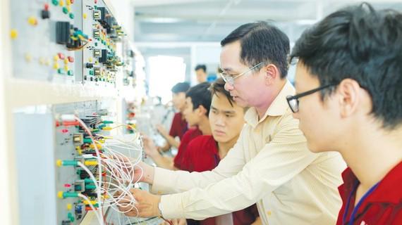 Sinh viên ngành điện - điện tử Trường Đại học Công nghệ TPHCM trong giờ học thực hành
