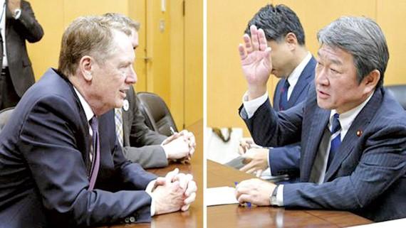 Bộ trưởng Tái thiết kinh tế Nhật Bản Toshimitsu Motegi (phải) và Đại diện Thương mại Mỹ Robert Lighthizer từng gặp nhau tại Tokyo ngày 25-5. Ảnh: Kyodo