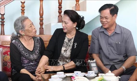 Chủ tịch Quốc hội Nguyễn Thị Kim Ngân thăm thương binh Trần Thị Nga, phường 5, thành phố Tuy Hòa.