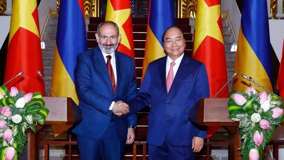 Thủ tướng Nguyễn Xuân Phúc  và Thủ tướng Cộng hòa Armenia Nikol Pashinyan  tại cuộc gặp báo chí  sau hội đàm. Ảnh: TTXVN