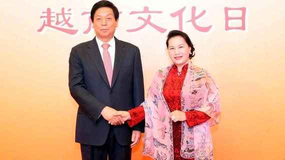 Chủ tịch Quốc hội Nguyễn Thị Kim Ngân và Chủ tịch  Nhân đại Trung Quốc Lật Chiến Thư.  Ảnh: TTXVN